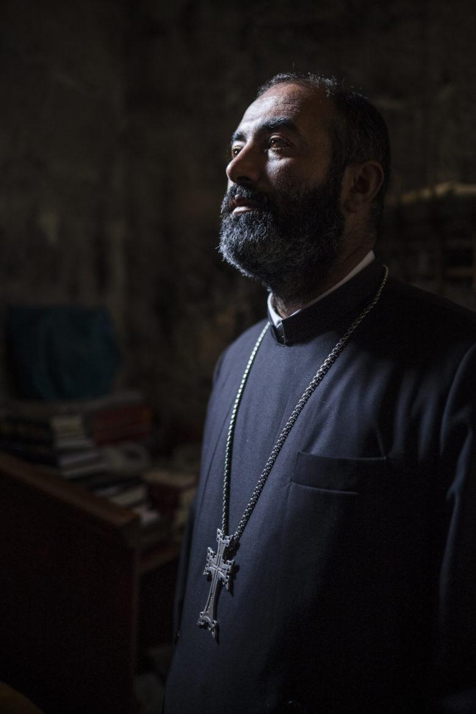 Vor der Messe zieht Vertanes sich in die Sakristei zurück und betet - nur für sich